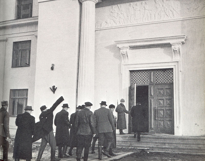 "April 1942. Members of parliamentary committee on defense come into ""Kuusinen's Palace"""