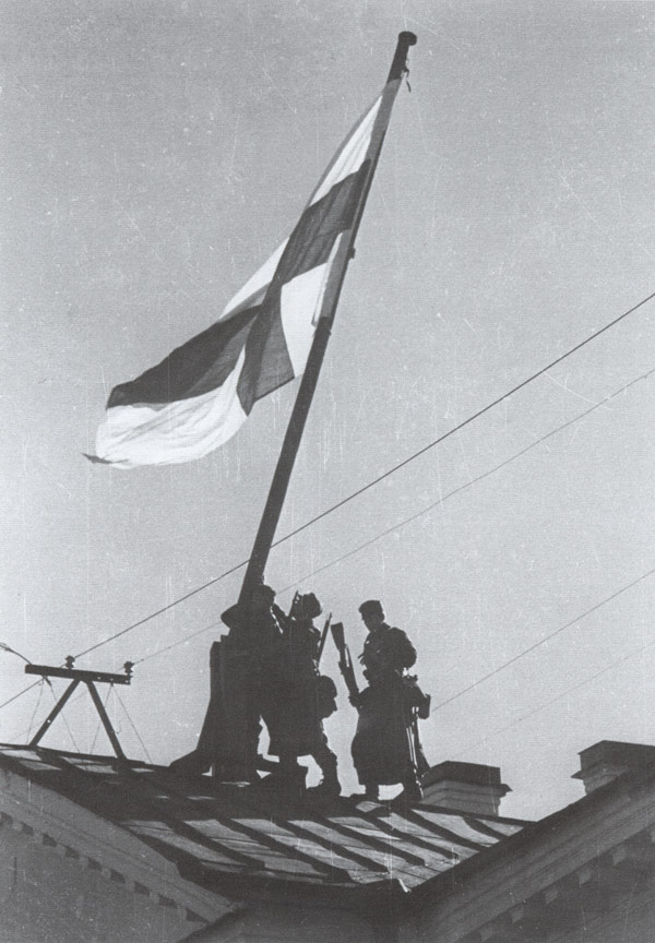 October 1, 1941. Ville Niemi, Mauri Valo and Gunnar Segercrantz hoist Finnish flag on the goverment's building