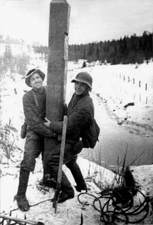 November 30, 1939. The Soviet soldiers dismantle the Finnish boundary post on the bank of Rajajoki river