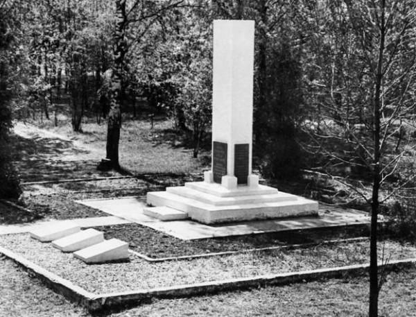 Конец 1980-х годов. Братская могила красных в Олонце