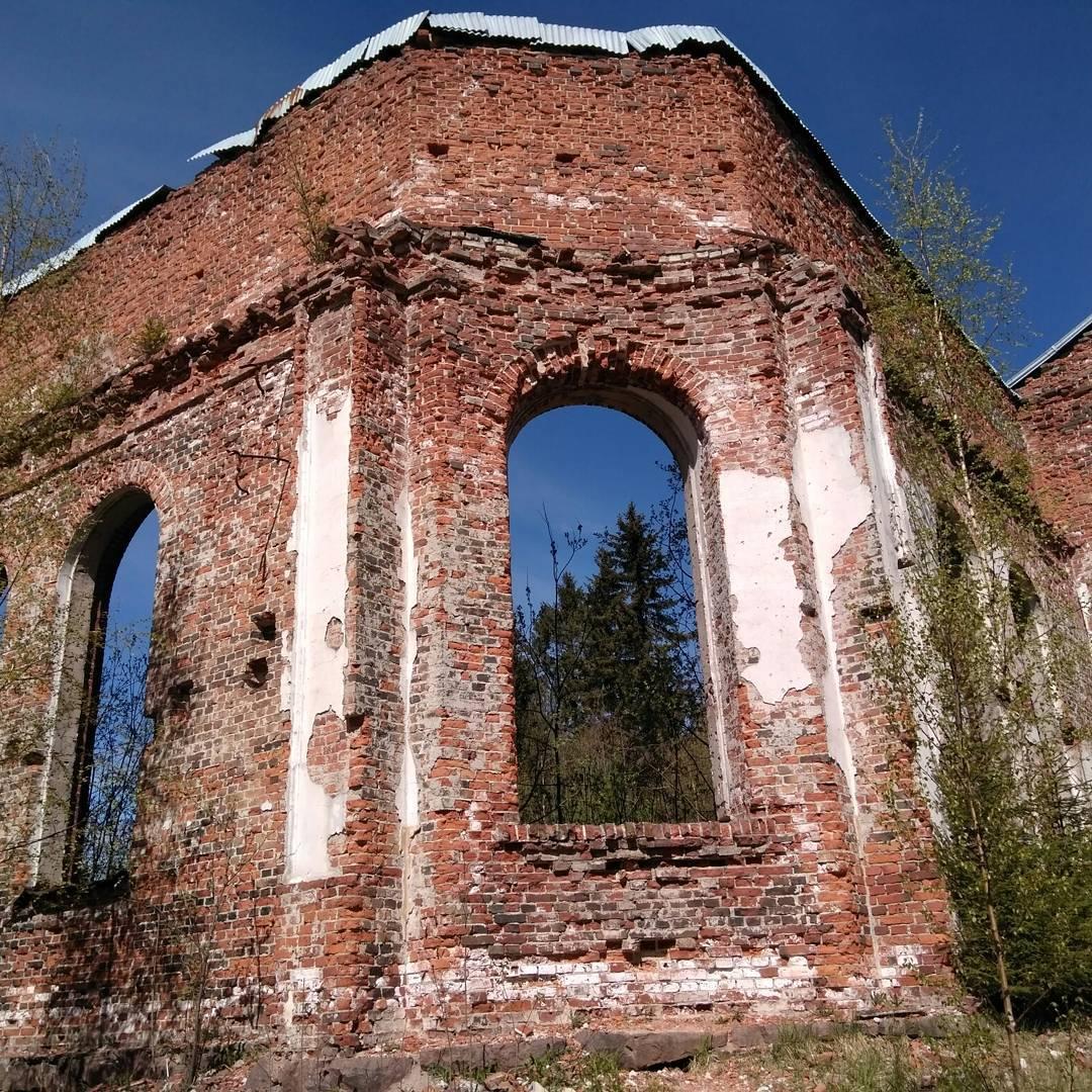 Май 2017 года. Руины церкви