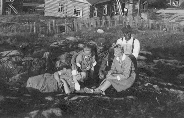 1942. Medvezhegorsk. The photograph shows Lotta-Svärd nurses from Field Hospital 27 (KS27). Raila Vikajärvi is sitting down at the right hand side of the photo just below the Finnish soldier.