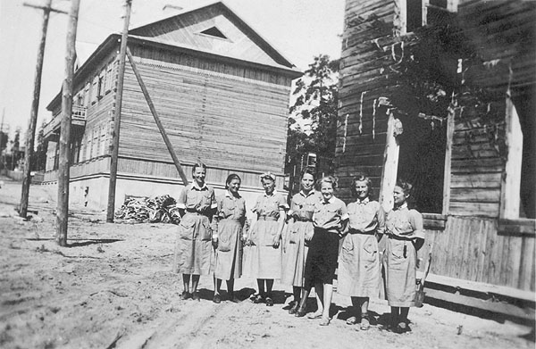 1943. Medvezhegorsk. Lotta-Svärd nurses from Field Hospital 27 (KS27), with their living quarters in the background. Raila Vikajärvi is second from the right
