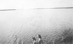 1942. Lotta Raila Vikajärvi and her friend from Rovaniemi on the shore of Lake Semsäjärvi