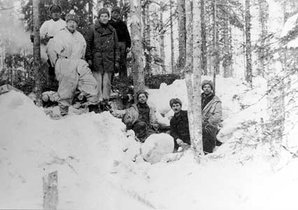 January 1940. Finnish soldiers are building dug-out. Winter 1940