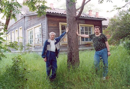July 2003. Kalevala (Uhtua) district. The members of the expedition Einar Laidinen and Sergey Verigin at the building of the former hospital that was used to cure internee Suomusssalmi inhabitants kept in Kintezma