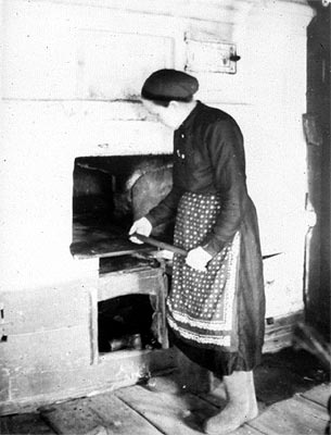 1944. Veps women by the stove