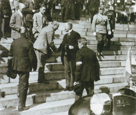 July 7, 1930. President Lauri Kristian Relander shakes Vihtori Kosola's hand on the steps of the Cathedral